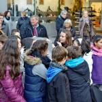 Schülerinnen und Schüler des Bergstadt-Gymnasiums rollen den großen Engel zurück in die Wilhelmstraße zur Verlegestelle